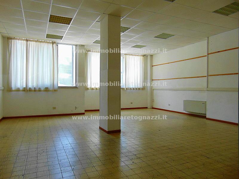 Immobile Commerciale in affitto a Poggibonsi, 6 locali, prezzo € 1.800 | CambioCasa.it