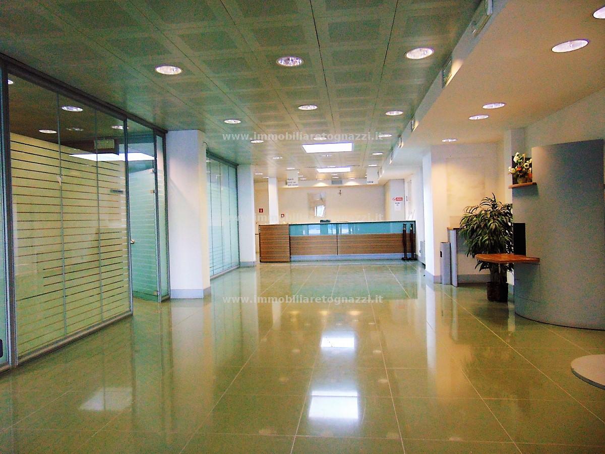 Immobile Commerciale in affitto a Certaldo, 4 locali, prezzo € 3.000 | CambioCasa.it